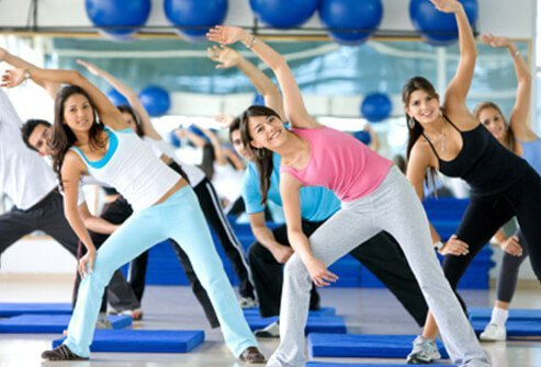 A group of people exercise in the gym.